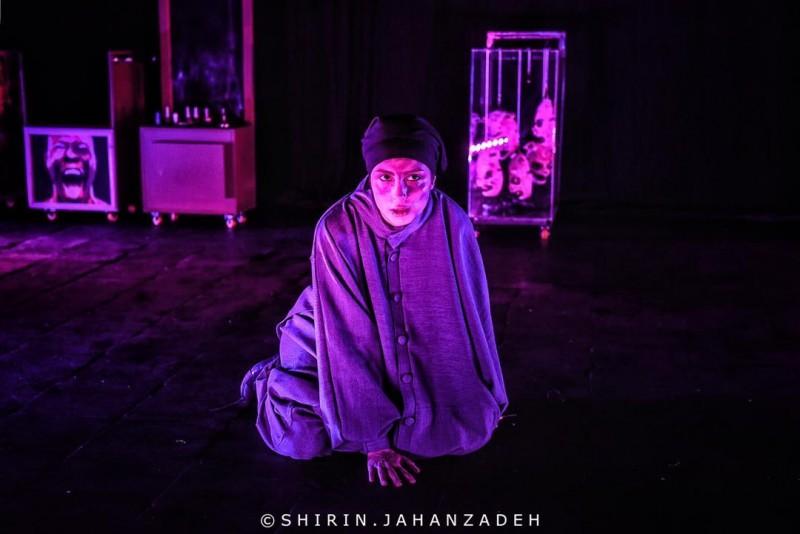 """تکههایی از انزوای انسانها با فرمی مدرن / روایت امیر رمضانی از نمایش """"آشغالمرد"""""""